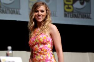 Bradley Cooper Flirts WIth Scarlett Johansson